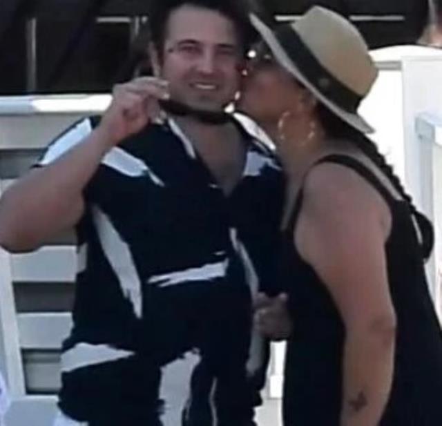 Aşka gelen Işın Karaca, 21 yaş küçük sevgilisini öpücüklere boğdu