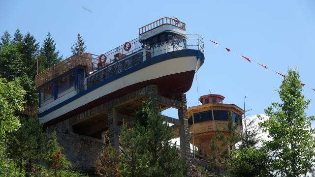 Dağın yamacındaki tekne turistlerin ilgi odağı oldu