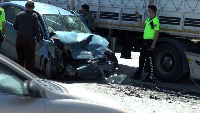Son dakika haberleri! Erzurum'da feci kaza... Işık ihlali yapan otomobil tırın altına girdi