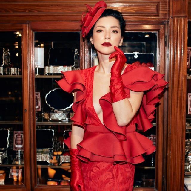 Kırmızılar içinde poz veren Merve Boluğur, kendisini kraliçeye benzetti: Maşallah deyin