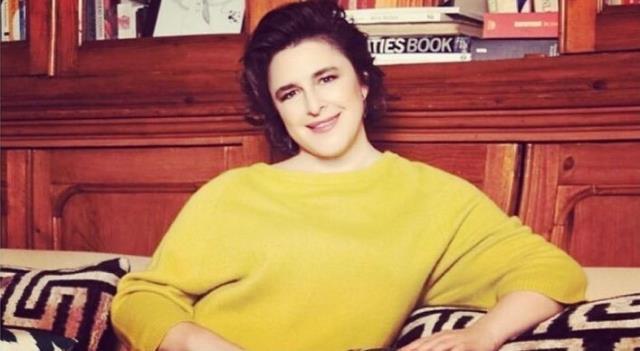 Oyuncu Esra Dermancıoğlu, mini elbiseli dans ederken kendinden geçti