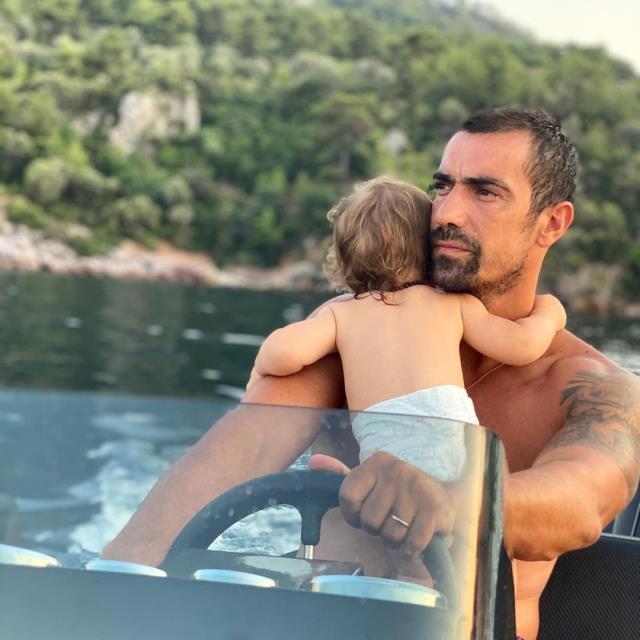 Oyuncu İbrahim Çelikkol, eşiyle öpüşme pozunu paylaştı