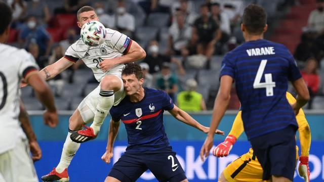 EURO 2020'de yürekler yine ağza geldi! Pavard'ın yerde kaldığı an herkesi tedirgin etti