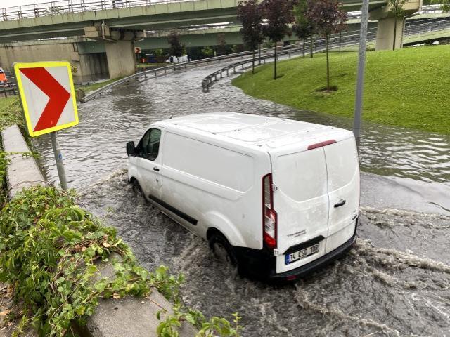 Meteoroloji saat verip uyarmıştı! İstanbul sağanak yağışa teslim oldu, Bayrampaşa'da bir araç sular altında kaldı