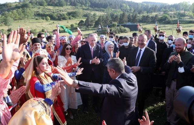 Azerbaycan'dan renkli görüntüler! Aliyev oynadı, Cumhurbaşkanı Erdoğan alkış tuttu