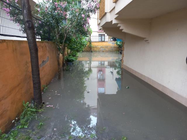 Sağanak İstanbul'u esir aldı! Bahçesini su basan vatandaş evde mahsur kaldı