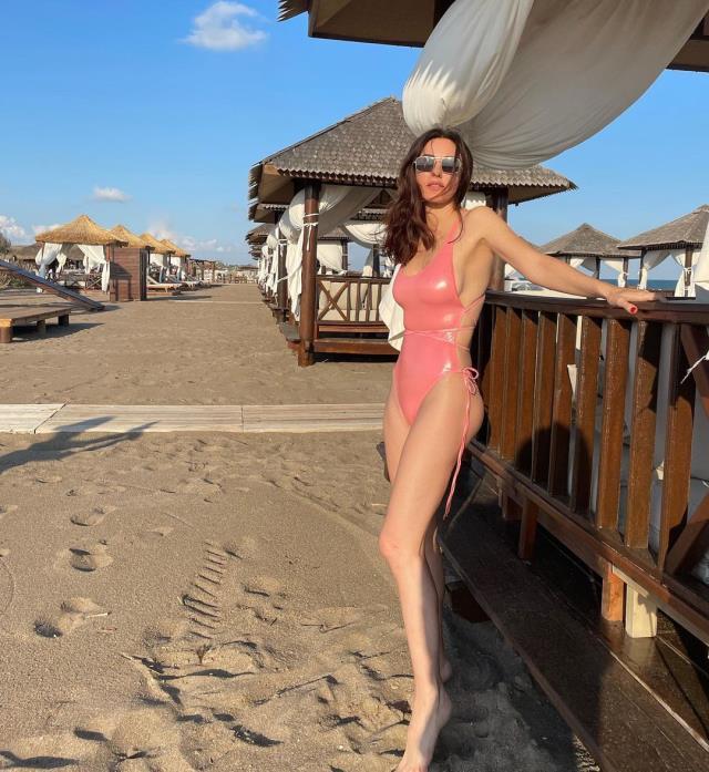 Tatil sezonunu açan 49'luk Defne Samyeli, peş peşe bikini ve mayolu pozlarını paylaştı