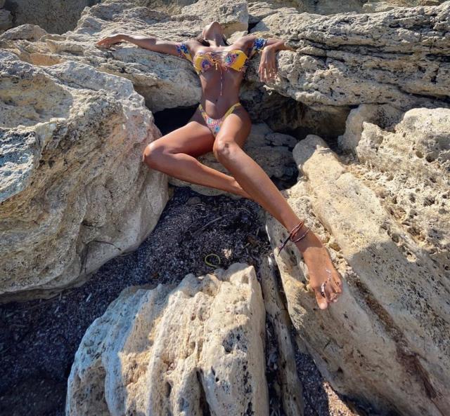 Çırılçıplak pozuyla çok konuşulan Eda Taşpınar, şimdi de bikinisiyle gündeme bomba gibi düştü