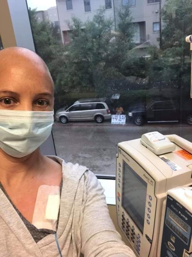 İşte gerçek sevgi! Her gün kanser hastası sevgilisinin kaldığı hastane önünde kamp kuruyor