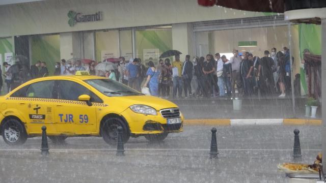 Sağanak yağış sonrası Galata'da sokaklar adeta nehri andırdı