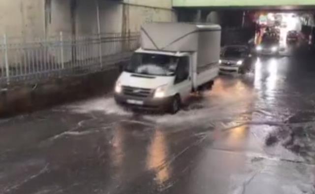 Son Dakika! İstanbul'da gün geceye döndü, birçok ilçede şiddetli sağanak yağış başladı
