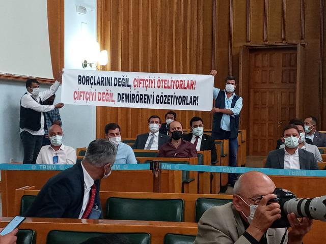 CHP Grup Toplantısı'nda Kılıçdaroğlu'na sözünü kestiren pankart