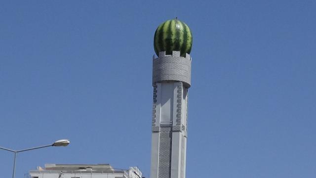 Diyarbakır'da baz istasyonu, dev karpuz maketi ile kamufle edildi