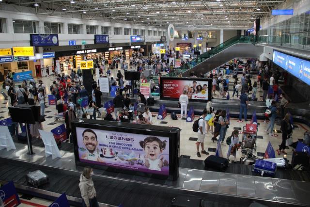 Uçuşlar tekrar başladı, Ruslar Antalya'ya akın etti