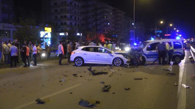 Aşırı süratli otomobilin alkollü sürücüsü polis noktasına daldı: 2'si polis 4 yaralı