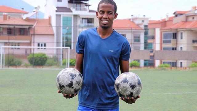 Futbolcu olma hayaliyle Türkiye'ye gelip dolandırılan Kenyalı İbrahim'e cami cemaati sahip çıktı