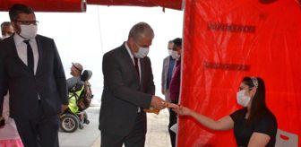 Vatan: Kırşehir Valisi Akın, kent meydanında kurulan stantta aşı olanlara çikolata dağıttı