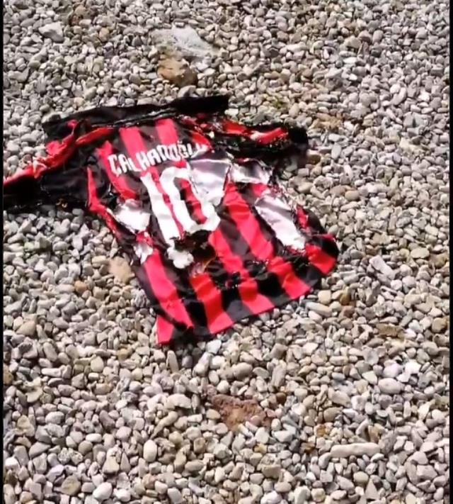 Milan taraftarları, ezeli rakip Inter'e giden Hakan'ın formasını ateşe verdi