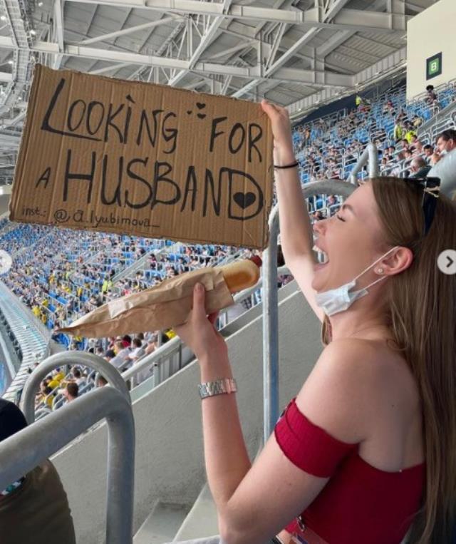 Tribünde 'Eş arıyorum' pankartı açan güzel taraftar, EURO 2020'ye damga vurdu