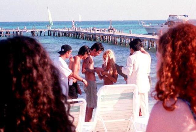 Denizin ortasında dakikalarca öpüştüler