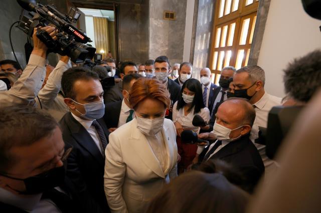 Korumaları gazetecinin gözlüğünü düşürünce, Meral Akşener geri dönüp özür diledi