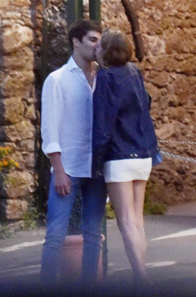 F1'in genç pilotu Stroll, tatilde bir güzelle öpüşürken yakalandı
