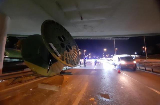 Tır şoförü yolu şaşırdı, dev makara köprüde takılı kaldı