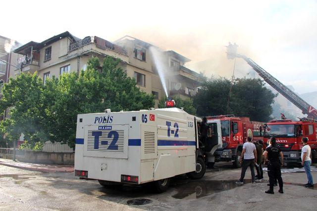 Amasya'da 4 katlı binanın çatısı alev alev yandı