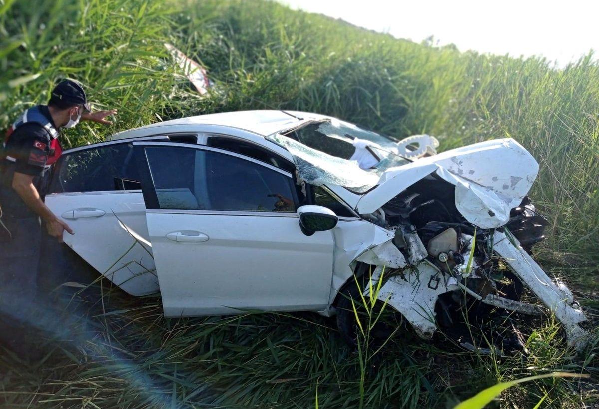 Takla atan otomobil şarampole devrildi: 3 yaralı