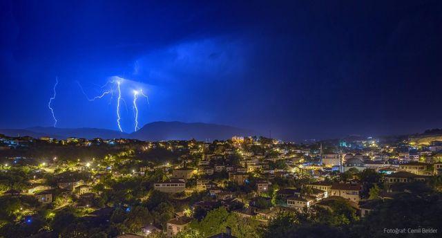 Safranbolu'da şimşekler geceyi aydınlattı
