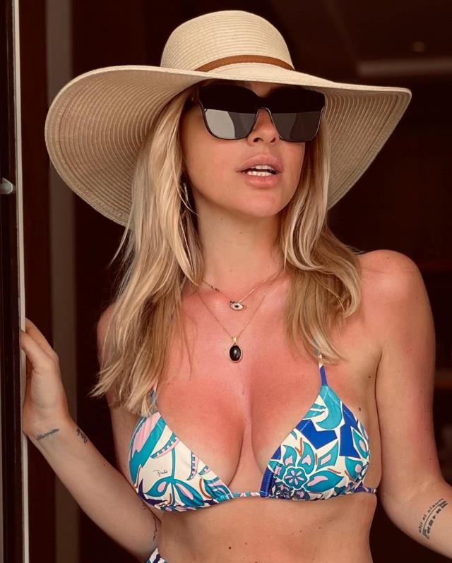 Mavi bikinisiyle ayna karşısına geçti! Hadise'den olay yaratacak göğüs dekolteli pozlar