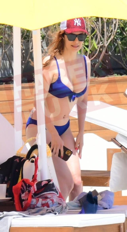 42 yaşındaki Mine Tugay, mavi bikinisiyle kameralara yakalandı! Fiziğiyle gençlere taş çıkartıyor