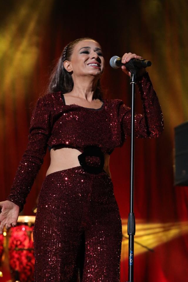 Yıldız Tilbe, kırmızı elbisesiyle konserinde göz kamaştırdı