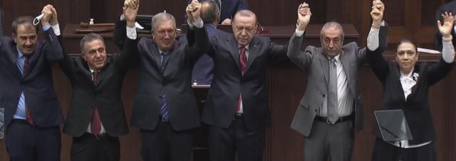 AK Parti'ye katılan belediye başkanına takılmadan edemedi: Diyarbakır gezimizin bereketi oldu