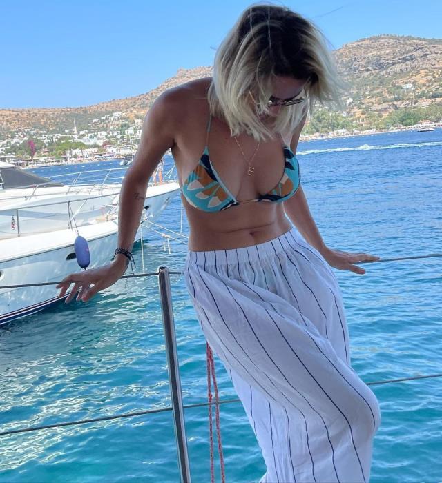Mavi dekolteli bikinisiyle poz veren Ece Erken, aldığı kilolara dert yandı