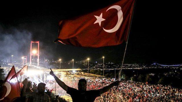 15 Temmuz marşı sözleri! 15 Temmuz Demokrasi Marşı sözleri nelerdir? 15 Temmuz gecesiydi, hava sıcaktı ile başlayan marş sözleri