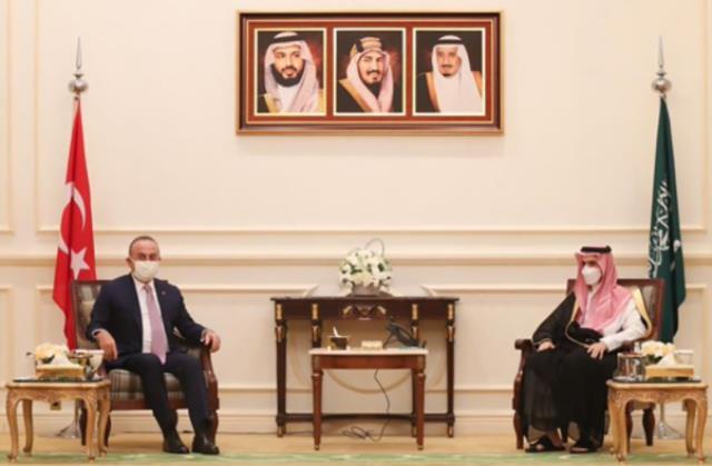 Çavuşoğlu'nun Suudi mevkidaşıyla görüşmesinde skandal görüntü! Türk bayrağı daha küçük boyutta yer aldı