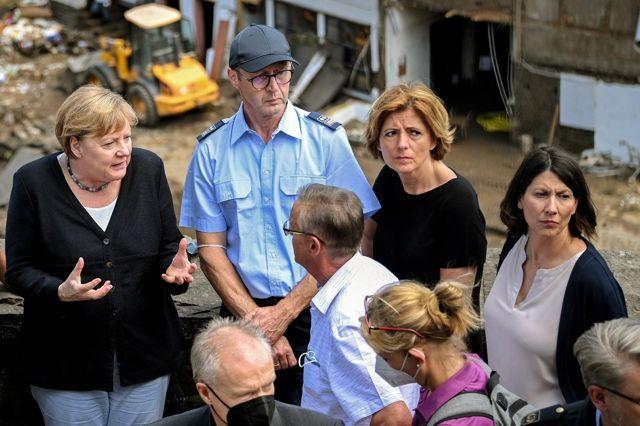 Almanya Başbakanı Merkel'den afet bölgesine ziyaret