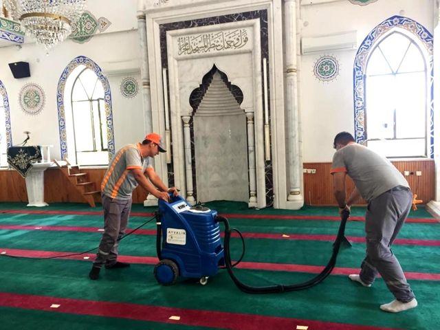 Ayvalık'ta ibadethanelere bayram temizliği