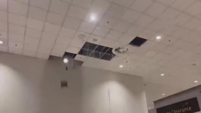 3 yıl önce yapılan İslamabad Uluslararası Havalimanı'nı su bastı, tavanlar çöktü