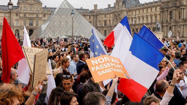 Fransa karıştırdı! Eylemciler, aşı merkezini ateşe verdiler