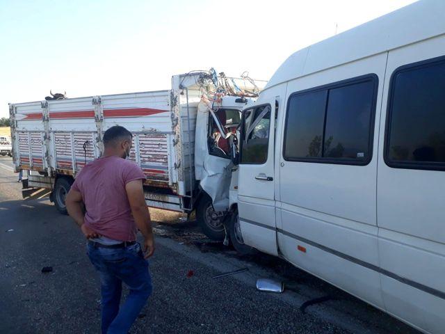 Kamyonet ile minibüsün çarpıştığı kazada can pazarı kuruldu