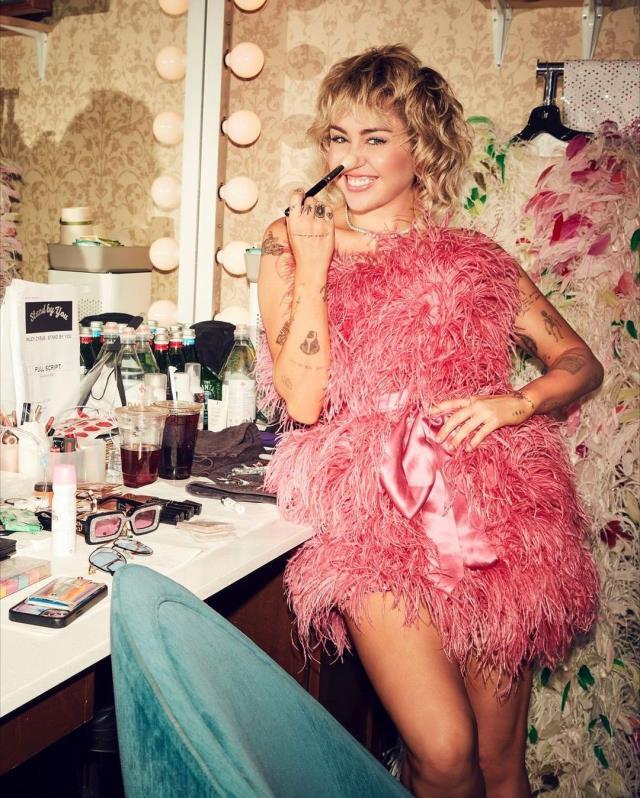 Miley Cyrus, ilk cinsel deneyimini hemcinsleriyle yaşadığını itiraf etti