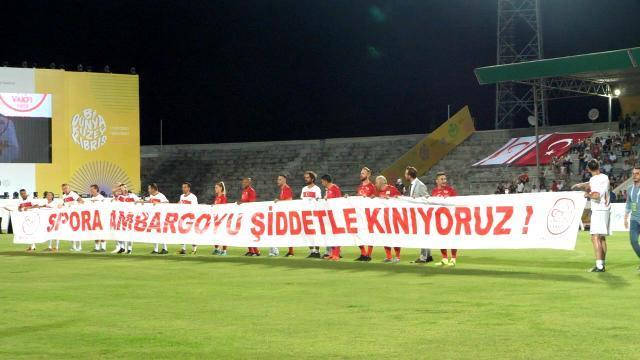 Dev kadro Kıbrıs'ta yeşil sahaya çıktı! Şöhretler Maçı'nda tüm dünyaya 'Ambargoya hayır' mesajı verildi