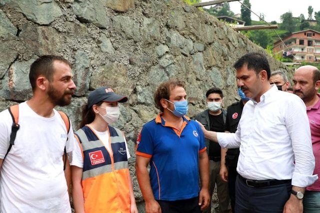 Çevre ve Şehircilik Bakanı Kurum, Rize'de yaşanan sel ve heyelanın ardından heyelan olan bölgelerde incelemelerde bulundu