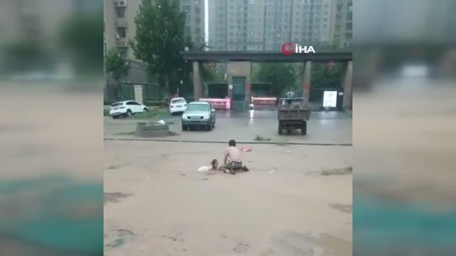 Son dakika haber! Çin'deki sel felaketinde can kaybı 25'e yükseldiYedi eyaletten bin 800 itfaiyeci bölgeye sevk edildi