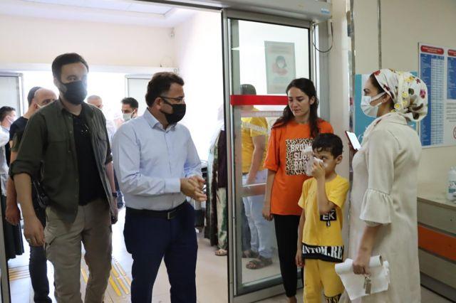 Kızıltepe Kaymakamı Çam ilçe protokolü ile polis ve sağlık personeli ile hastaların bayramını kutladı