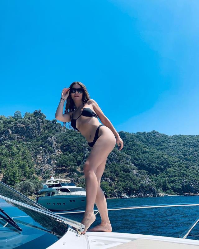 Simge Sağın, teknedeki bikinili pozlarıyla takipçilerini mest etti