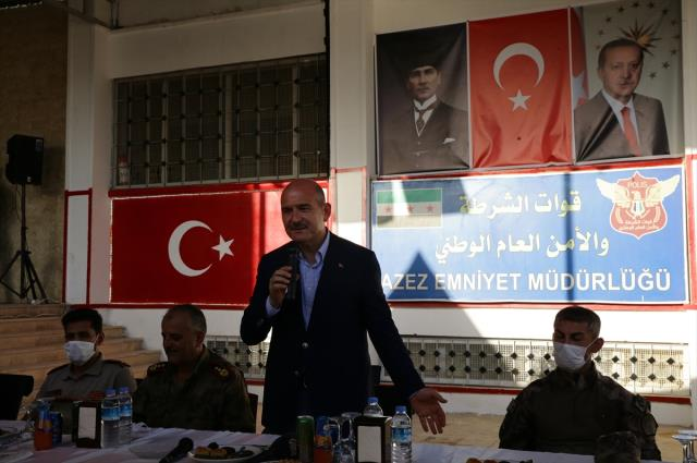 Zeytin Dalı bölgesindeki güvenlik güçleriyle bayramlaşan Bakan Soylu, gözyaşlarına hakim olamadı