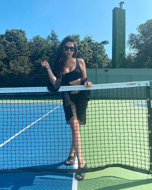 Dilara Aksüyek'ten tenis kortunda olay pozlar